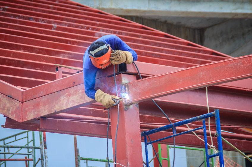 projet de construction homme travaillant sur structure acier